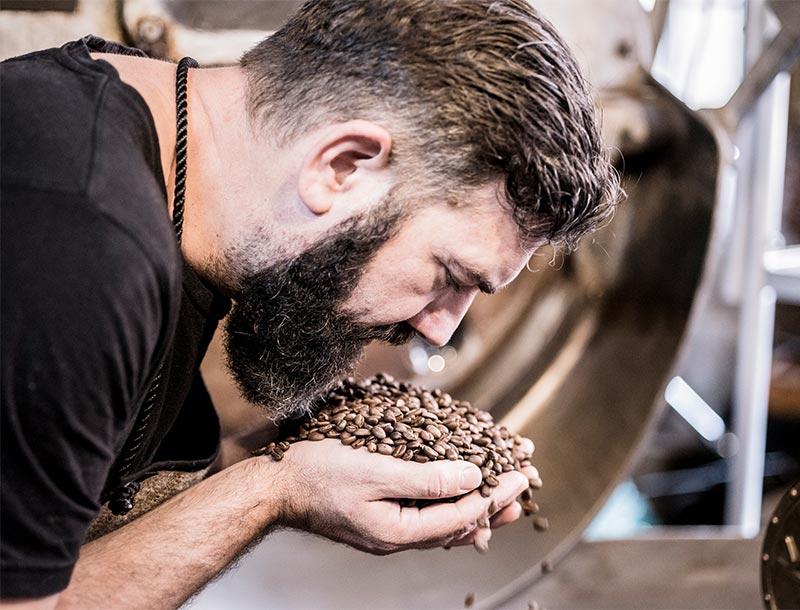 Erik Brockholz mit Kaffee auf den Händen