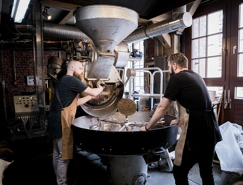 Kaffee rösten an Maschine Erik und Mitarbeiter