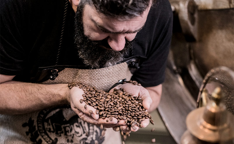 Kaffeebohnen riechen