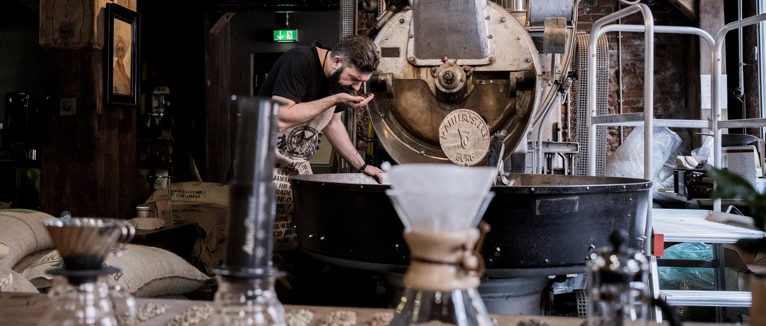 Erik Brockholz am Kaffee riechen