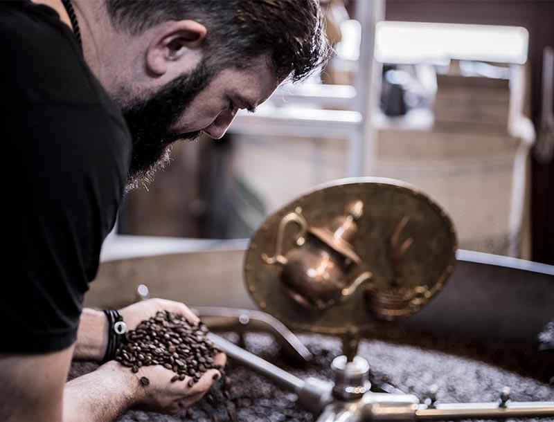 Erik an der Röstmaschine mit Kaffee