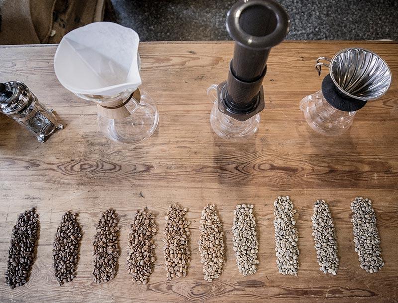 Geröstete Kaffeebohnen und Kaffeeröstgeräte